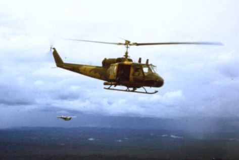 A Forward Air Controller and a 20th SOS helicopter on their way to an extraction (© Jim Green 20th SOS)